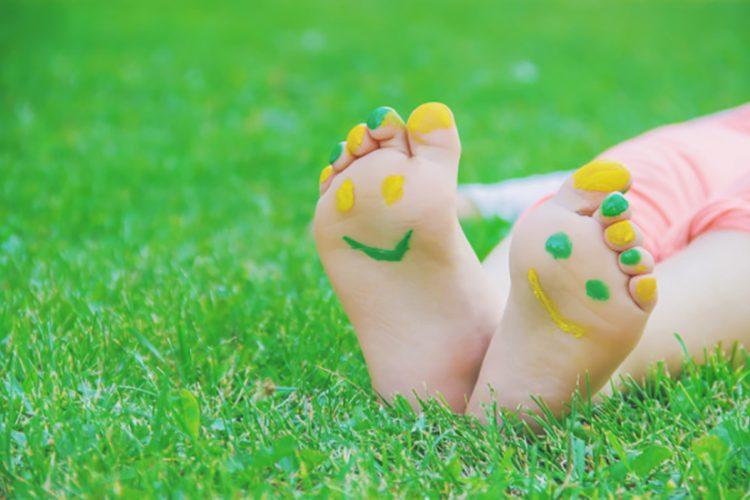 crianças de pés descalço